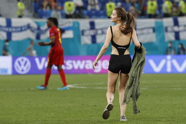 Una tifosa entra in campo durante la partita Finlandia - Belgio di EURO-2020 allo stadio di San Pietroburgo, Russia, 21 giugno 2021. - Sputnik Italia