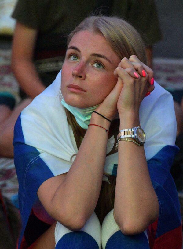 Una tifosa russa guarda una partita di Euro 2020 nella fan zone di San Pietroburgo, Russia.  - Sputnik Italia