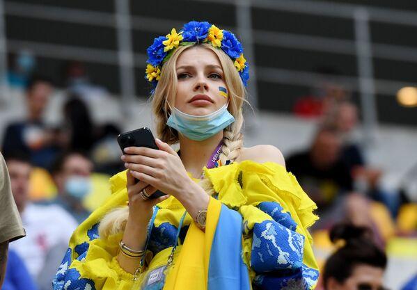 Una tifosa ucraina sopporta la sua squadra durante la partita Ucraina - Macedonia del Nord, Bucarest, Romania, 17 giugno 2021. - Sputnik Italia