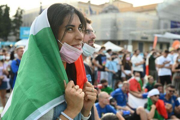 Una tifosa italiana guarda la partita Italia - Galles su un maxischermo posizionato nella Piazza del Popolo a Roma,  20 giugno 2021. - Sputnik Italia