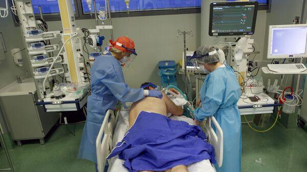 Медперсонал и пациент с коронавирусом в отделении интенсивной терапии больницы имени Папы Иоанна XXIII в Бергамо, Италия - Sputnik Italia