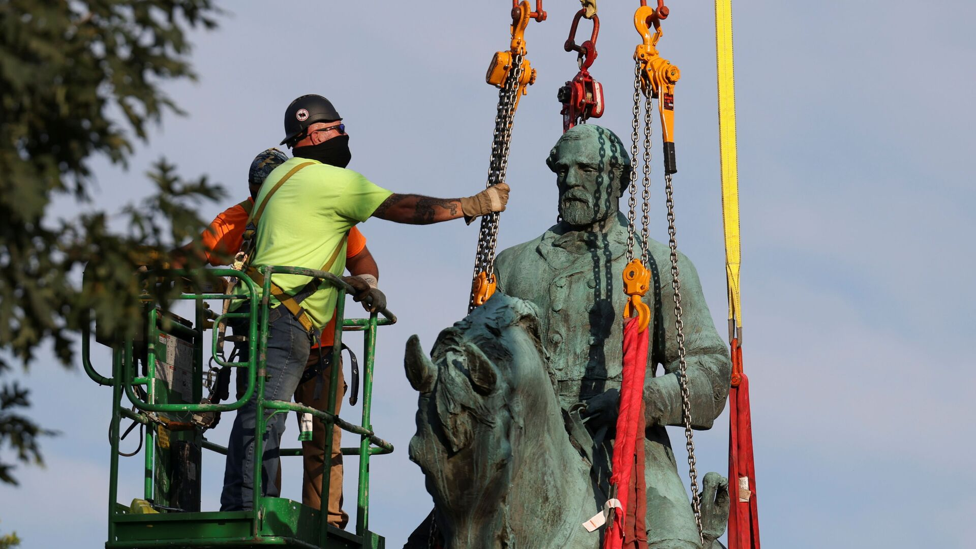 La controversa statua del generale Lee a Charlottesville demontata  - Sputnik Italia, 1920, 10.07.2021