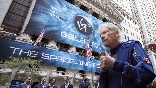 Сэр Ричард Брэнсон, основатель Virgin Galactic у здания Нью-Йоркской фондовой биржи - Sputnik Italia