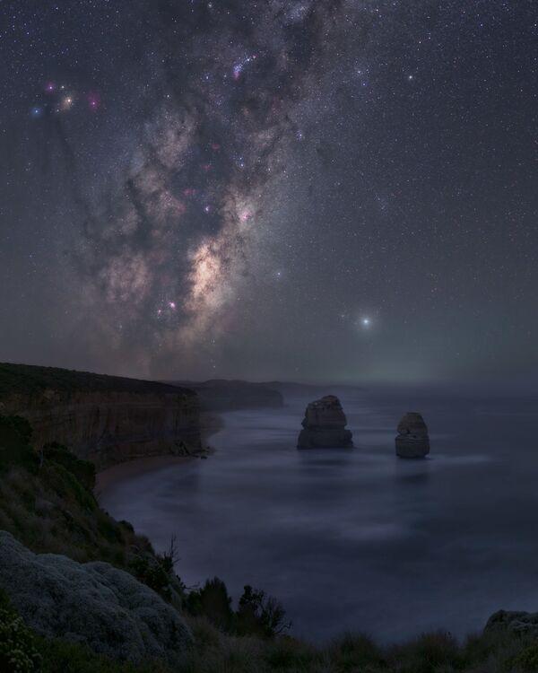 """La foto """"Nyctophilia"""" del fotografo José Luis Cantabrana , che è diventata una delle vincitrici del concorso fotografico """"Milky Way Photographer of the Year"""", la foto scattata presso Great Ocean Road, Victoria, Australia - Sputnik Italia"""