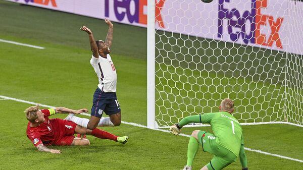 Футболисты сборной Англии и Дании во время матча на Евро-2020 - Sputnik Italia