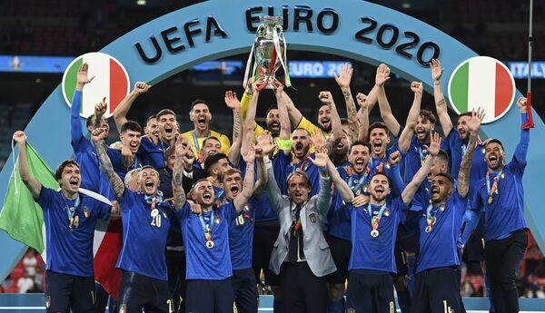 Wembley si colora di azzurro per la vittoria dell'Italia nella finale di Euro 2020, con il trofeo alzato al cielo da capitan Giorgio Chiellini: tutte le emozioni di Mancini e dei suoi ragazzi nel corso della premiazione. - Sputnik Italia