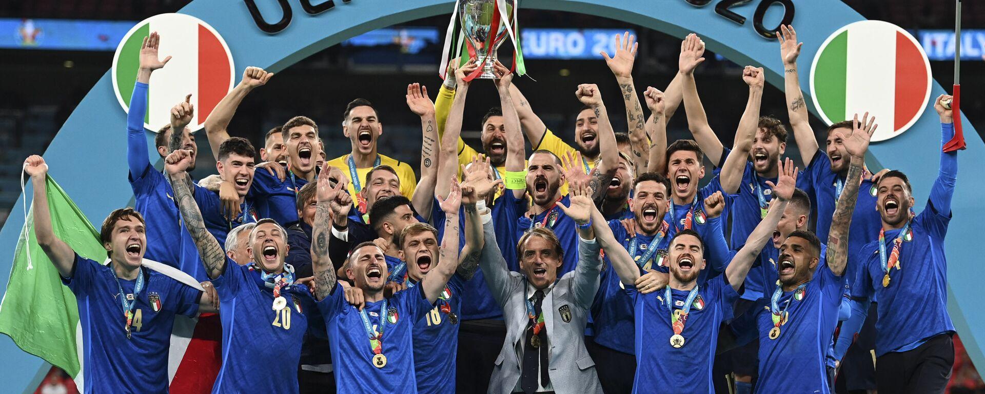 Сборная Италии празднует победу на пьедестале почета после победы в финале Евро-2020 - Sputnik Italia, 1920, 12.07.2021