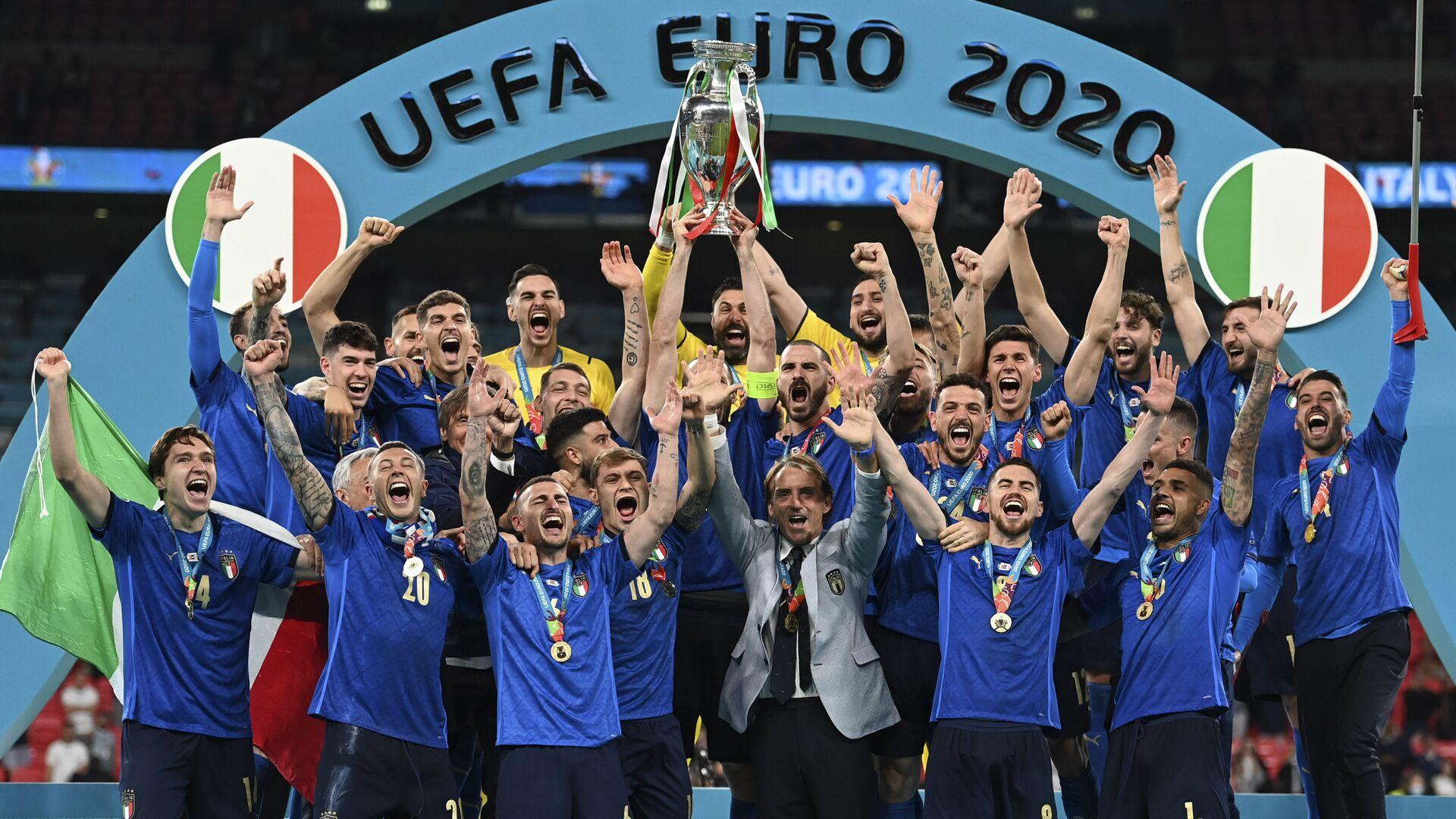 La nazionale italiana festeggia al piedistallo dopo la vittoria nella finale di Euro 2020. - Sputnik Italia, 1920, 12.07.2021