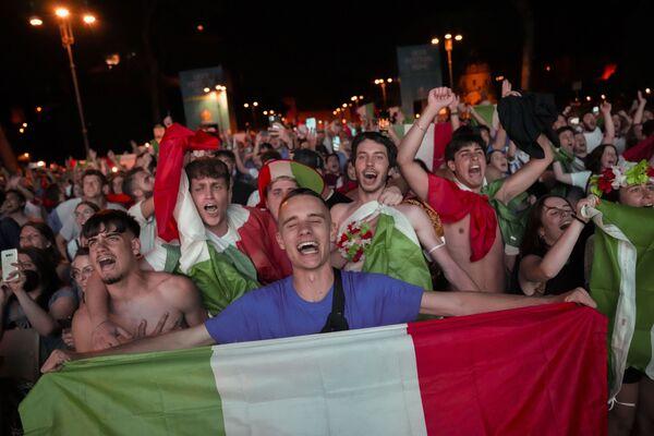 I tifosi italiani festeggiano la virroria degli Azzurri a Roma, lunedì 12 luglio 2021. - Sputnik Italia