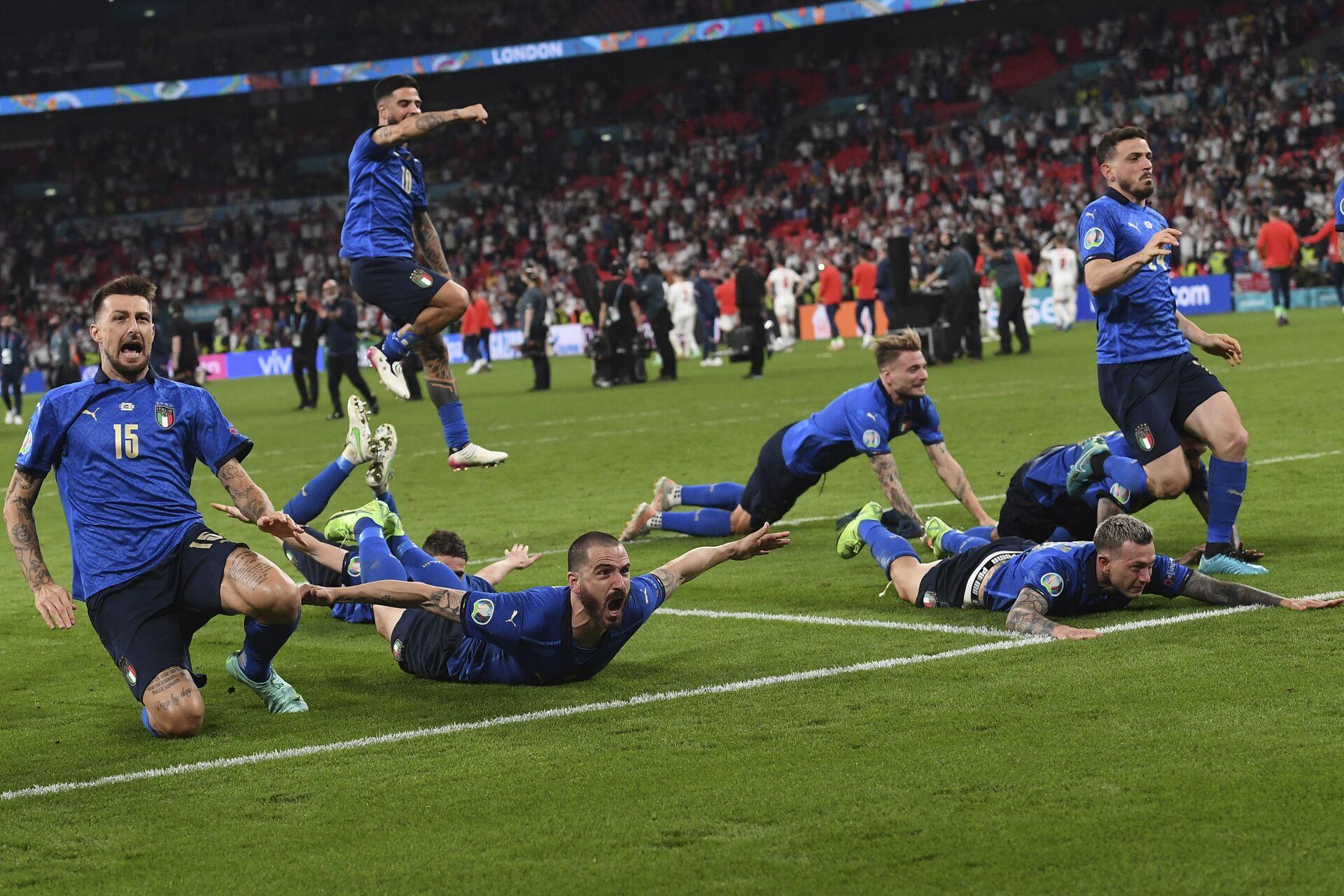 Игроки сборной Италии празднуют окончание финального матча Евро-2020  - Sputnik Italia, 1920, 12.07.2021