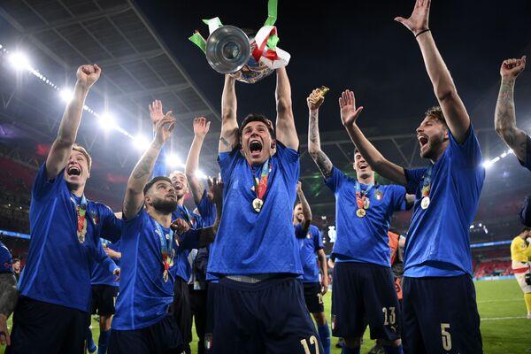 Gli Azzurri neo-campioni d'Europa sollevano la coppa. - Sputnik Italia