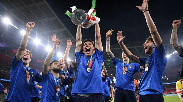 Итальянские игроки празднуют трофей после финального матча Евро-2020  - Sputnik Italia