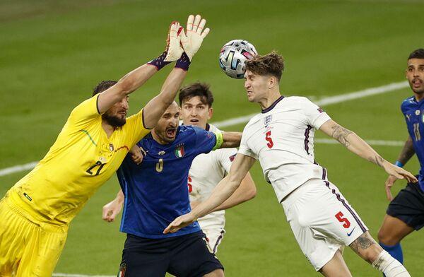 Il match era iniziato molto male per gli Azzurri, finiti sotto già al 2' per la marcatura di Luke Shaw. - Sputnik Italia