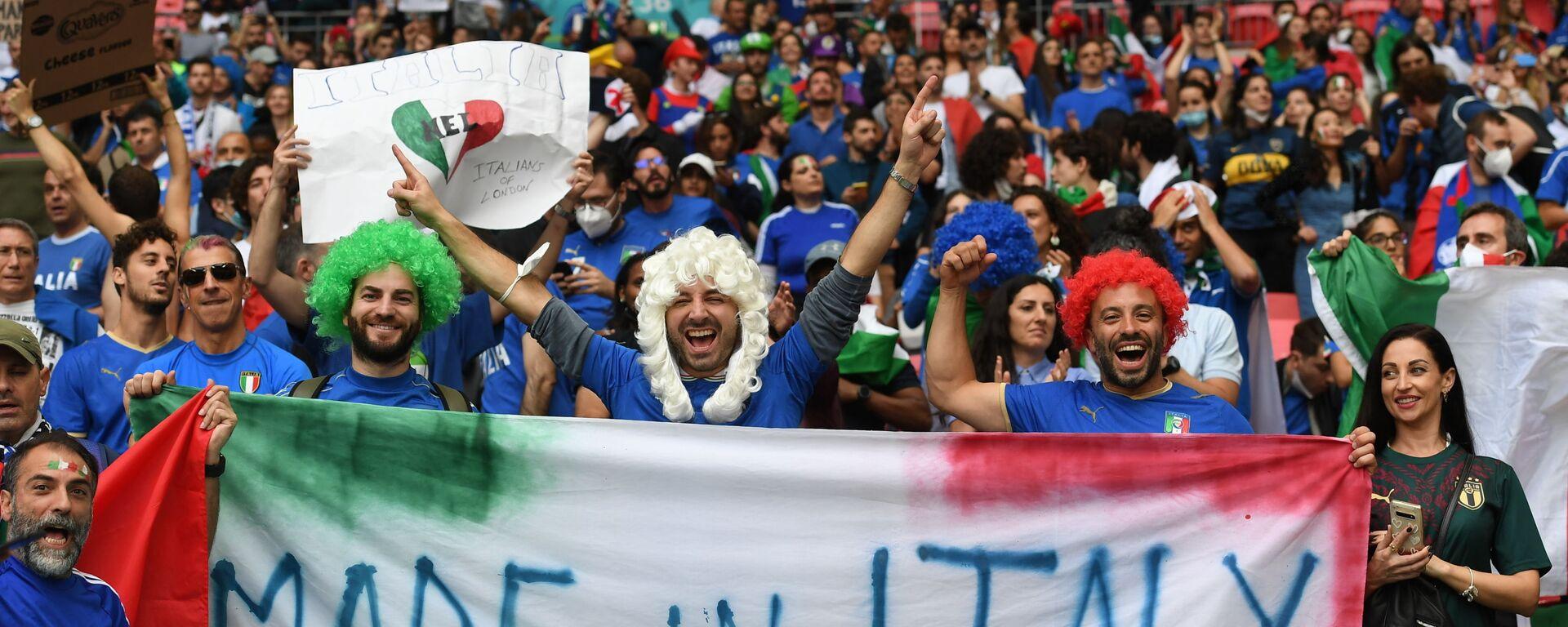 Итальянские болельщики приветствуют финальный матч Евро-202 - Sputnik Italia, 1920, 21.08.2021