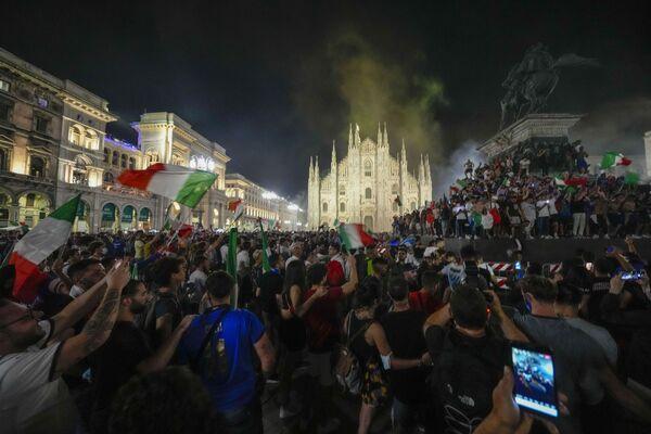 Milano si è accesa di clacson, urla, si è colorata del Tricolore e la gioia è stata incontenibile: le strade si sono subito riempite di caroselli improvvisati e di ragazzi e ragazze in festa. - Sputnik Italia