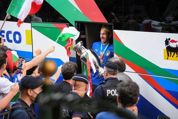 Gli azzurri hanno portato a casa il trofeo che mancava dal 1968. Ora ne abbiamo anche noi due, di vittorie, come la Francia; una in meno di Spagna e Germania. - Sputnik Italia