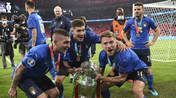 Марко Верратти, Джованни Ди Лоренцо и Чиро Иммобиле празднуют победу с трофеем после финального матча Евро-2020 - Sputnik Italia