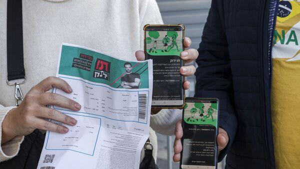 Участники демонстрируют свои «зеленые пропуска» по прибытии на стадион Блумфилд  - Sputnik Italia