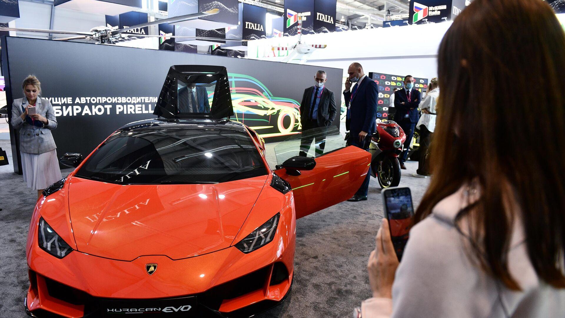 Una Lamborghini Huracan Evo al padiglione dell'Italia ad INNOPROM 2021 - Sputnik Italia, 1920, 12.07.2021