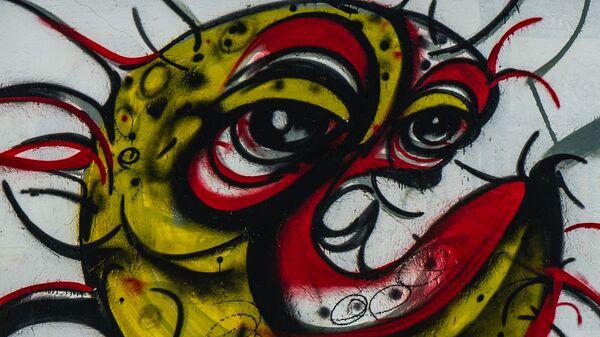 Ребенок у граффити с изображением COVID-19 в Совето, ЮАР - Sputnik Italia