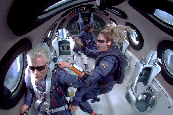 Il magnate inglese Richard Branson si è lanciato nello spazio a bordo della navicella spaziale Virgin galactic. Il tanto atteso lancio, dallo Spazioporto America della Virgin Galactic nel deserto del Nuovo Messico, è stato leggermente ritardato a causa del maltempo. - Sputnik Italia