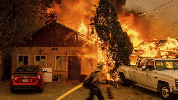 Огонь поглощает дом в штате Калифорния - Sputnik Italia