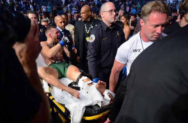 Dustin Poirier ha tramortito Conor McGregor grazie a un paio di minuti di eccezionale MMA, travolgendo l'avversario in una spettacolare fase di lotta a terra condita da una raffica di pugni e da violentissimi colpi di gomito. A quindici secondi dal termine del primo round, i due si sono rialzati e l'irlandese ha provato a portare un colpo all'avversario, ma ha appoggiato male la caviglia e l'articolazione ha avuto un bruttissimo movimento. Conor McGregor si è rotto la caviglia sull'ottagono e ha necessariamente dovuto alzare bandiera bianca. - Sputnik Italia