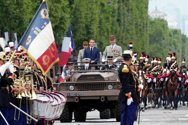 Il presidente francese Emmanuel Macron e il capo di stato maggiore dell'esercito francese, il generale Francois Lecointre durante l'annuale parata militare sugli Champs-Elysees a Parigi, Francia, il 14 luglio 2021. - Sputnik Italia