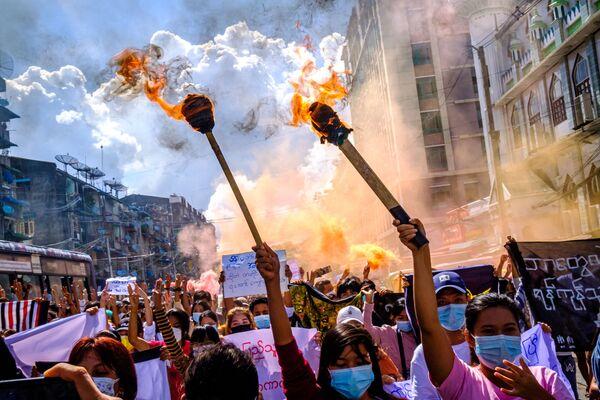 Una manifestazione contro il colpo di stato militare a Yangon, Myanmar il 14 luglio 2021. - Sputnik Italia