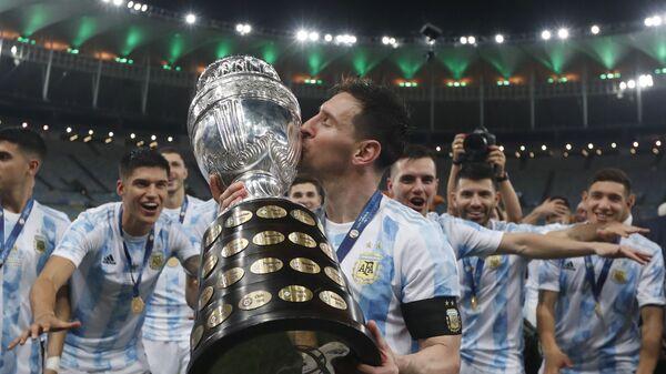 Аргентинец Лионель Месси целует кубок после победы над Бразилией со счетом 1: 0 в финальном футбольном матче Кубка Америки на стадионе Маракана в Рио-де-Жанейро, Бразилия - Sputnik Italia