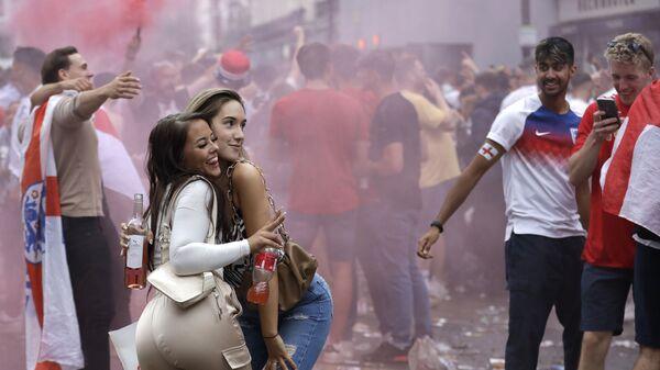 Две девушки позируют с болельщиками Англии возле Трафальгарской площади в Лондоне - Sputnik Italia