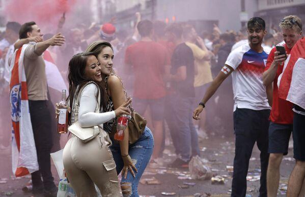 Due donne in posa vicino a Trafalgar Square a Londra, domenica 11 luglio 2021, prima della partita finale degli Europei 2020 tra Inghilterra e Italia allo stadio di Wembley. - Sputnik Italia