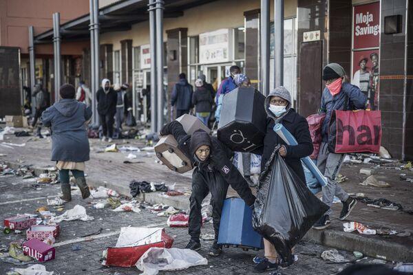 Settanta morti, oltre 1200 arresti, saccheggi e distruzioni di proprietà. Il Sudafrica è nel caos dopo che l'8 luglio l'ex presidente Jacob Zuma si è consegnato alla giustizia per l'esecuzione della condanna a 15 mesi di carcere per il reato di disprezzo della corte. - Sputnik Italia