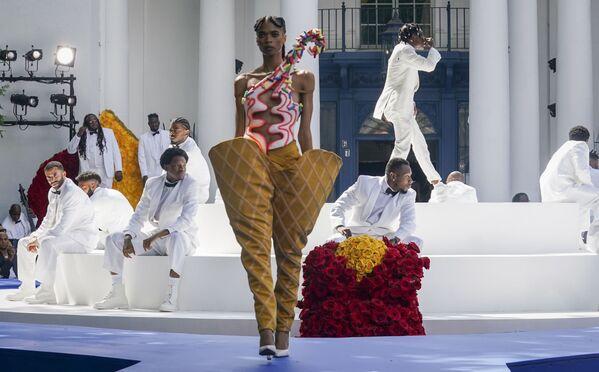 Black couture matters. Potrebbe essere questo il messaggio che ha caratterizzato la prima sfilata couture di Pyer Moss, brand fondato da Kerby Jean-Raymond, sabato 10 luglio 2021, a New York.  - Sputnik Italia