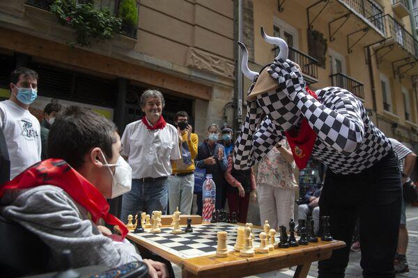 """La gente gioca a scacchi in via Estafeta a Pamplona durante il torneo """"Chess Run"""" il 14 luglio 2021.  - Sputnik Italia"""