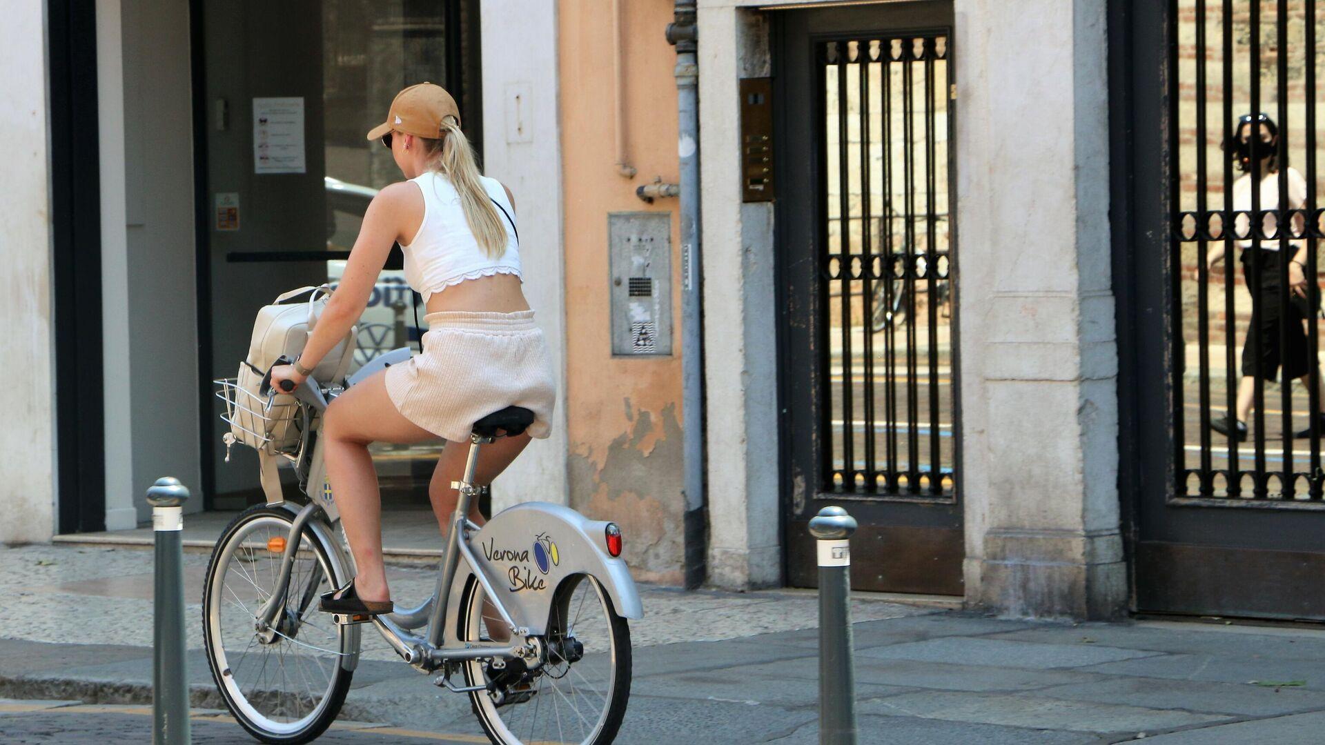 Una ragazza guida la bicicletta in città - Sputnik Italia, 1920, 17.07.2021