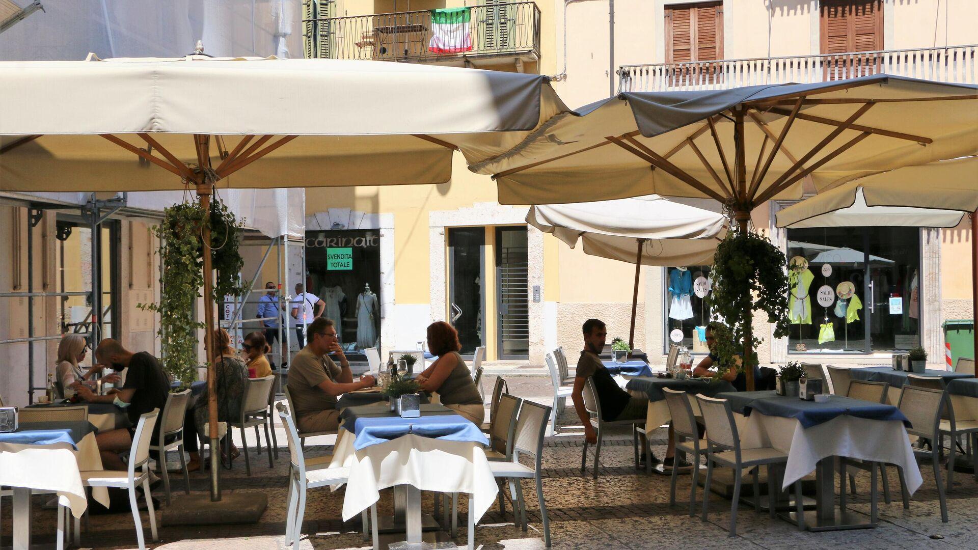La gente mangia in un ristorante - Sputnik Italia, 1920, 05.08.2021