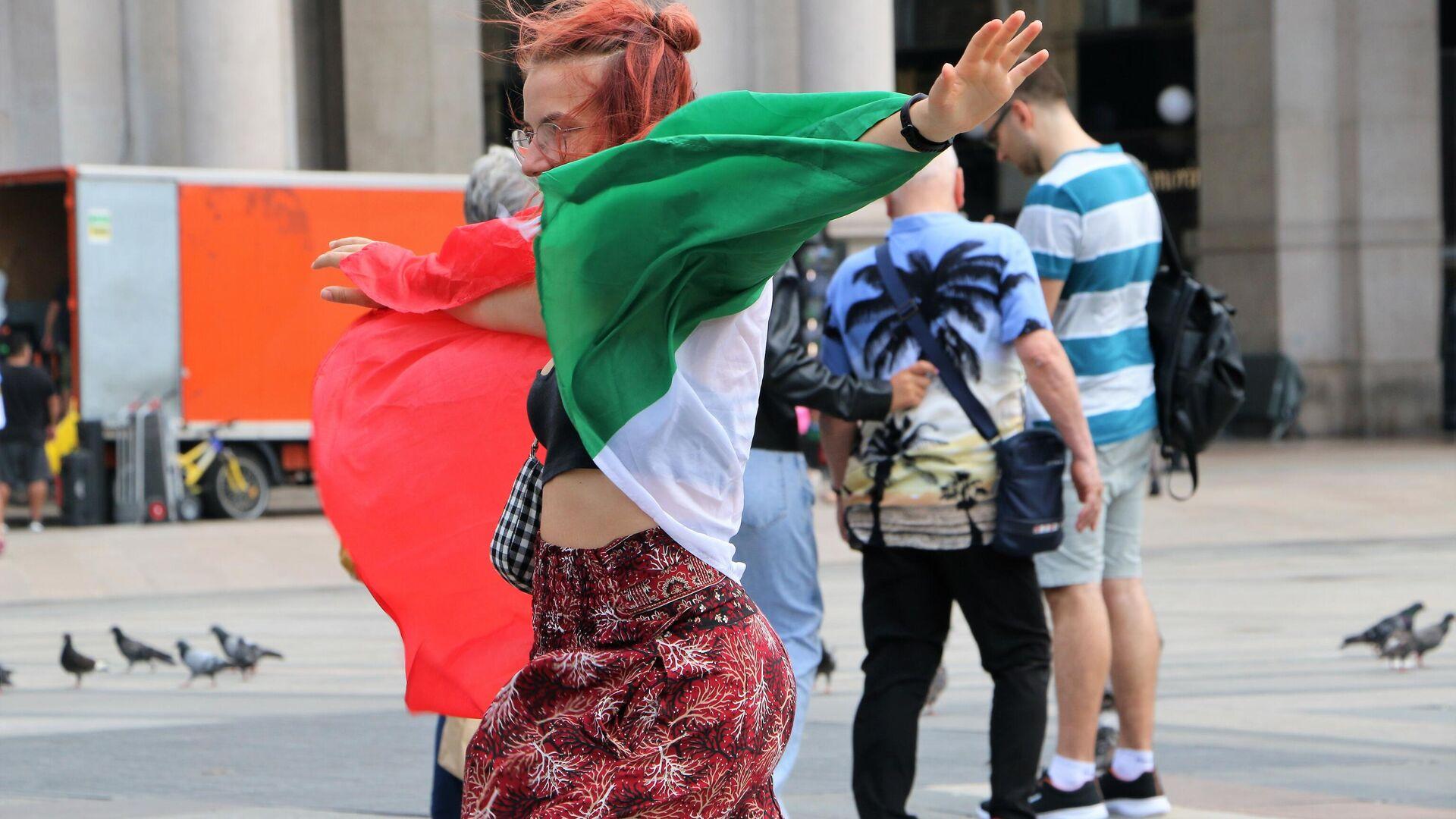Una ragazza con la bandiera italiana - Sputnik Italia, 1920, 19.07.2021