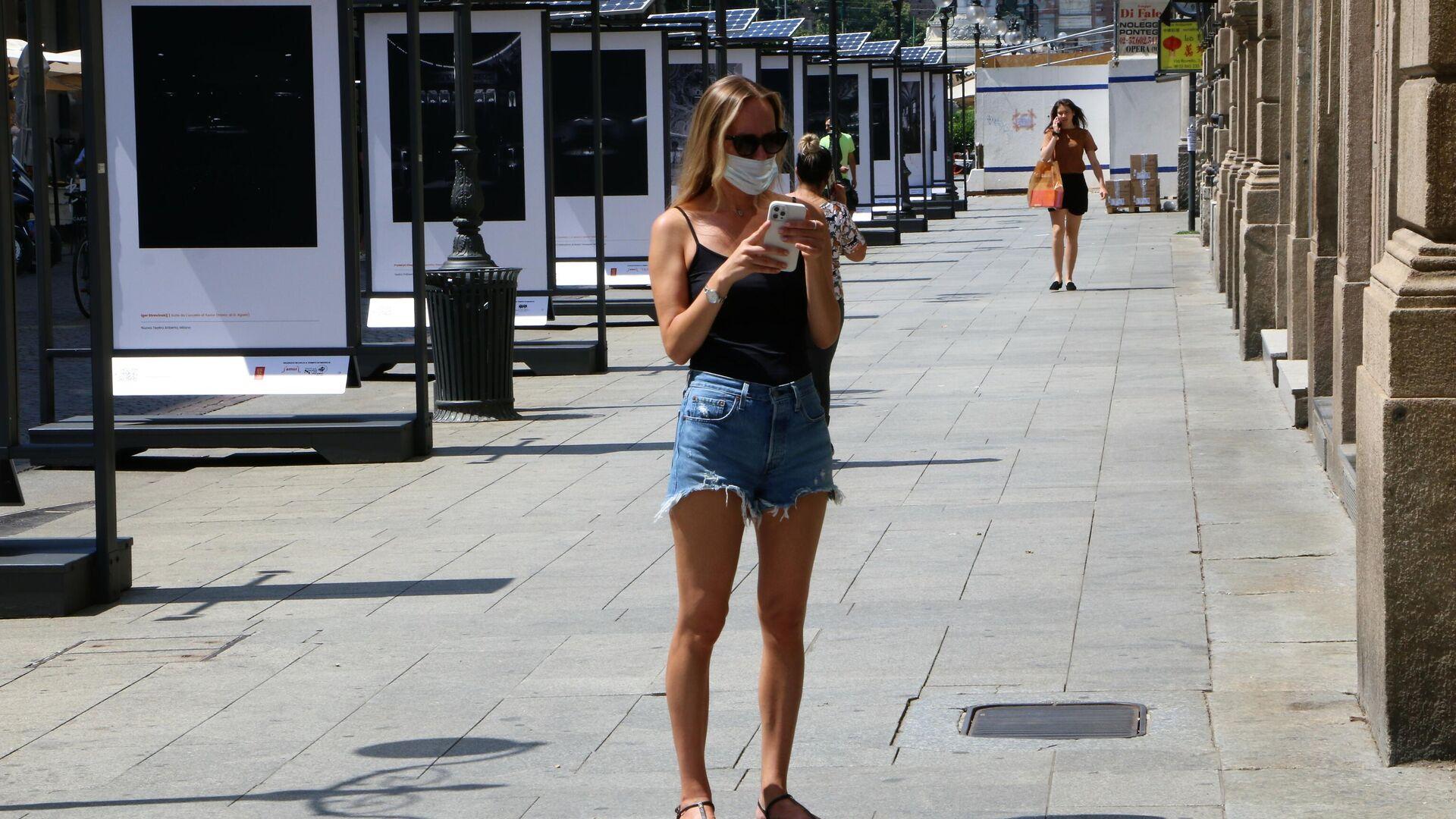 Una ragazza con il telefono sulla strada  - Sputnik Italia, 1920, 19.07.2021