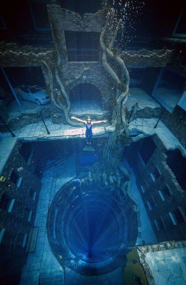 La piscina Deep Dive Dubai ha una capienza di 14 milioni di litri d'acqua, pari a circa sei piscine olimpioniche.   - Sputnik Italia