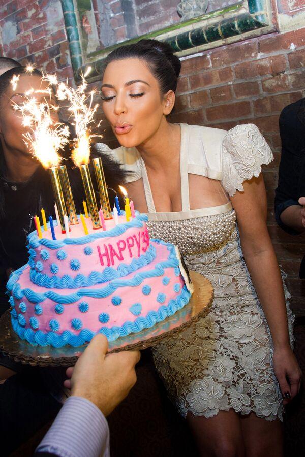 Kim Kardashian spegne le candeline sulla torta in occasione del suo trentesimo compleanno, New York, il 17 ottobre 2010. - Sputnik Italia