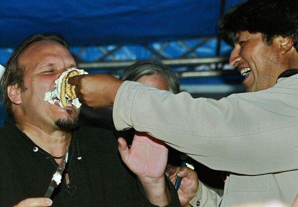 """Il presidente Evo Morales (a destra) scherza con Camilo Guevara, figlio del leggendario rivoluzionario Ernesto """"Che"""" Guevara, mentre mangiano una torta durante la celebrazione del 78esimo compleanno del """"Che"""" Guevara, a La Higuera, a sud-est della Bolivia, il 14 giugno 2006. - Sputnik Italia"""