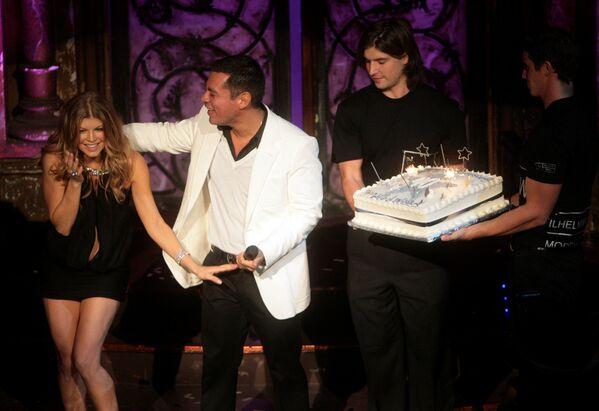 L'artista Fergie e il presidente di Wilhelmina Models Sean Patterson ricevono una torta nel corso delle celebrazioni del 40° anniversario di Wilhelmina Models presso la Angel Orensanz Foundation, 29 novembre 2007, New York. - Sputnik Italia