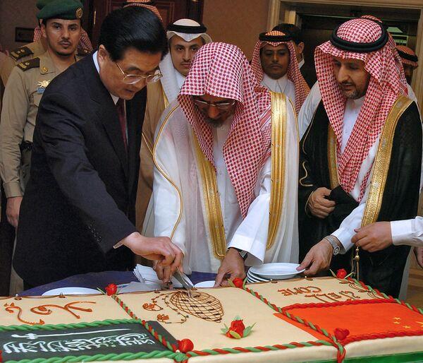 Il presidente del Consiglio della Shura, l'organo consultivo formale dell'Arabia Saudita, lo sceicco Saleh bin Humaid, e il presidente cinese Hu Jintao tagliano una torta dopo il discorso di Jintao al Consiglio della Shura a Riyadh, 23 aprile 2006.  - Sputnik Italia