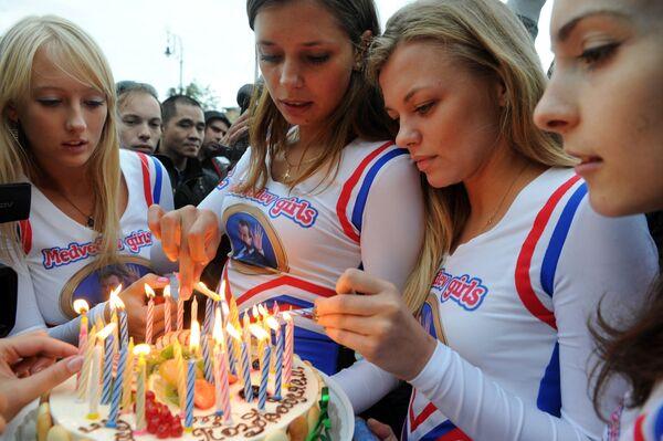 Le Medvedev girls, ragazze di una comunità virtuale che sostengono l'ex-presidente russo Dmitry Medvedev, preparano una torta di compleanno in occasione del 46° compleanno di Medvedev a Mosca, 14 settembre 2011. - Sputnik Italia