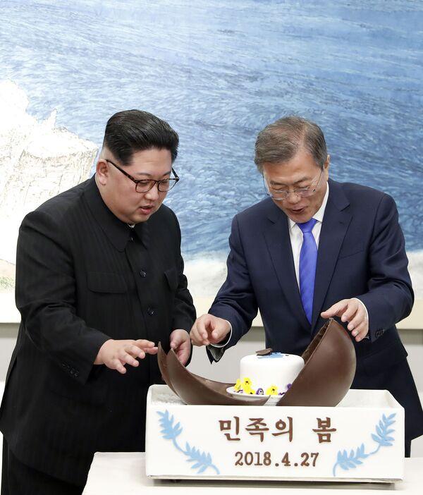 Il leader nordcoreano Kim Jong Un e il presidente sudcoreano Moon Jae-in di fronte ad una torta al cioccolato durante il banchetto nel villaggio di confine di Panmunjom nella zona demilitarizzata, Corea del Sud, 27 aprile 2018. - Sputnik Italia