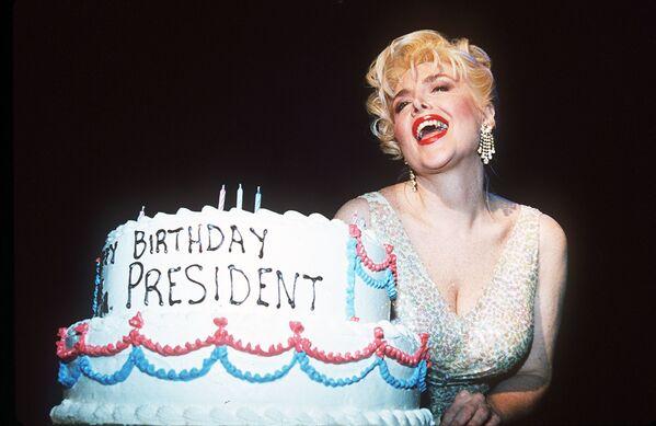 """Gennifer Flowers, vestita da Marilyn Monroe, ricrea l'esibizione """"Happy Birthday Mr. President"""" di Monroe in occasione del compleanno del presidente Clinton il 19 agosto 1994. - Sputnik Italia"""