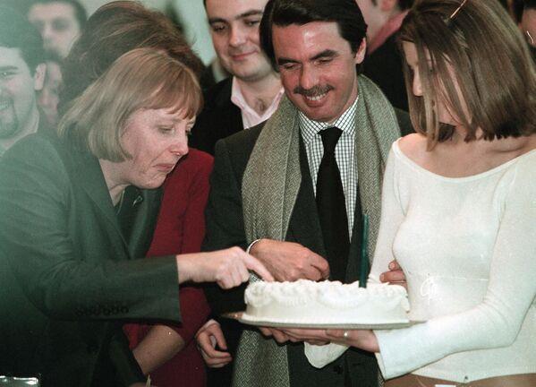 """La Cancelliera tedesca Angela Merkel assaggia la torta di compleanno dell'ex presidente del Governo spagnolo, José María Aznar, durante l'incontro """"Europa, passione per la libertà"""" organizzato dai giovani del Partito popolare spagnolo a Bilbao.  - Sputnik Italia"""