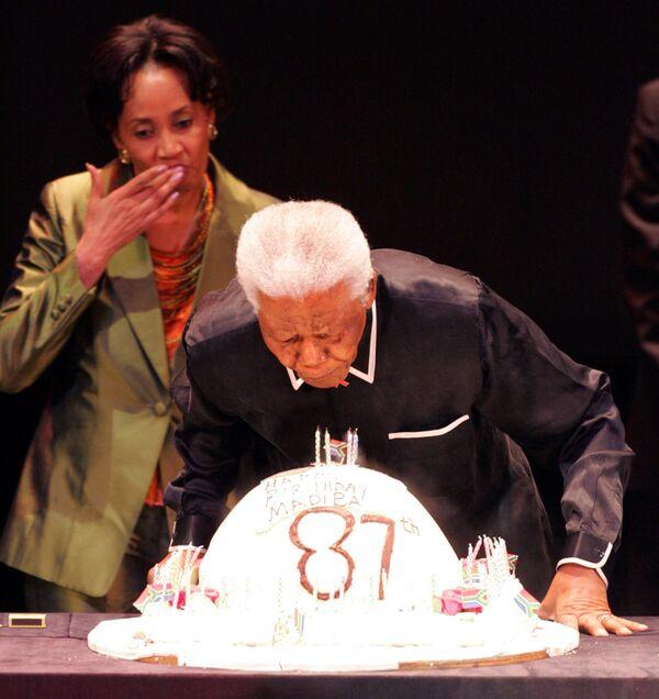 L'ex presidente sudafricano Nelson Mandela spegne le candeline in occasione del suo 87esimo compleanno, 19 luglio 2005 a Johannesburg. - Sputnik Italia
