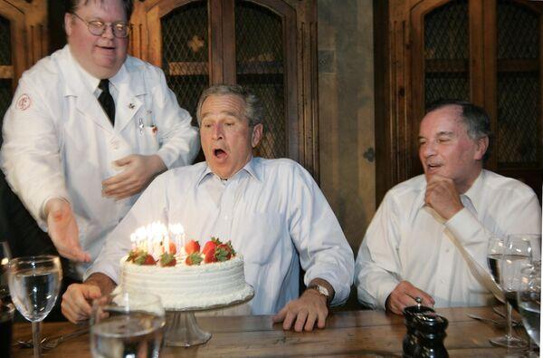 Il presidente Bush spegne le candeline sulla torta di compleanno durante la festa con Richard M. Daley, sindaco di Chicago, al ristorante Chicago Firehouse, il 6 luglio 2006.  - Sputnik Italia